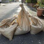大雨や台風などの災害時に浸水を防ぐ土嚢(どのう)は見落としがちな防災グッズ